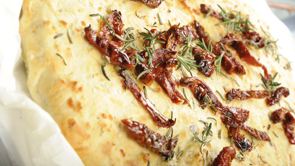 Focaccia di patate e rosmarino con pomodori secchi