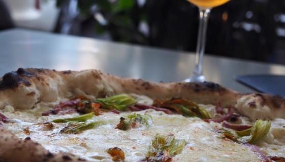 50 kalò di Ciro Salvo e le nuove pizze per l'estate: dalla Ricotta, Fiori di Zucca e Salame alla Melanzane a funghetto e Parmigiano a quella con peperoncini verdi e Bufala