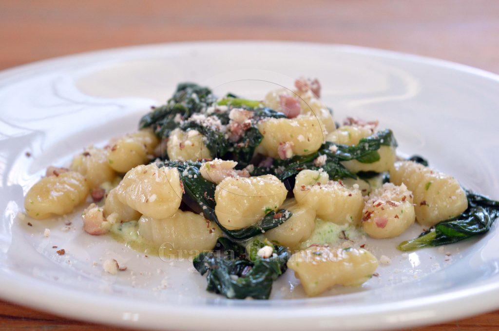 Gnocchi con spinaci e mandorle tritate