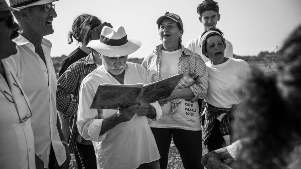 Puglia Enoturismo: la Festa de Lu Capucanali, il rito della vendemmia antica con i canti popolari e il pranzo fra i filari di uva